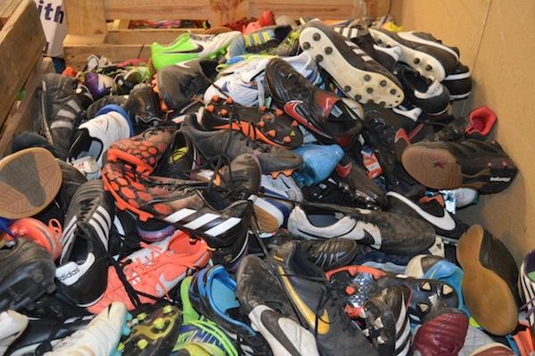 Oude, gebruikte voetbalschoenen26_600